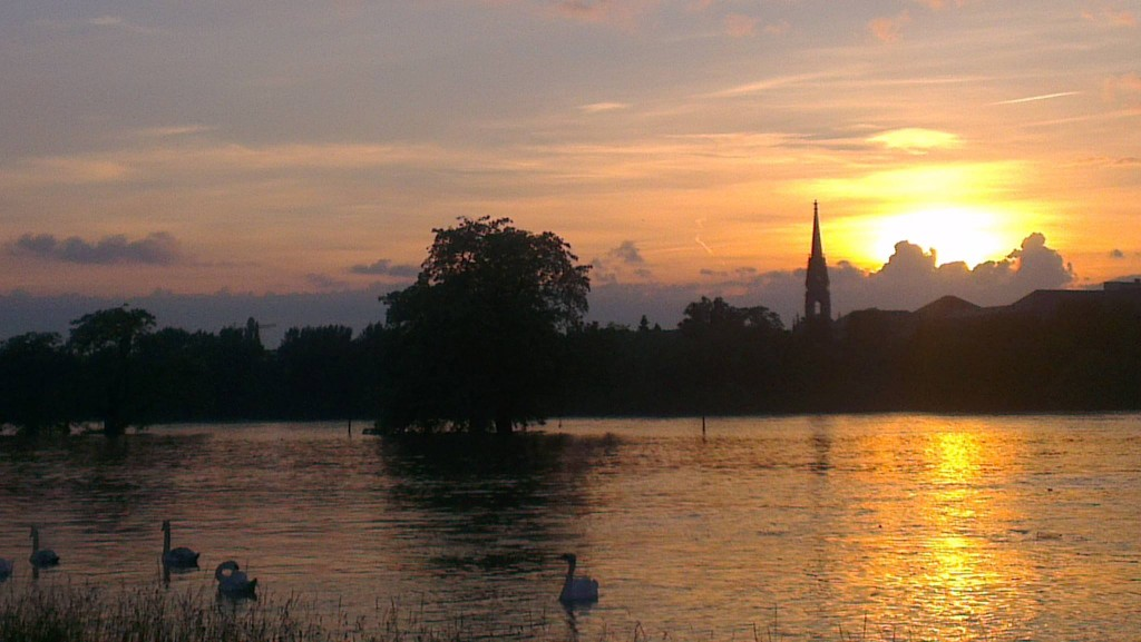 Fast schon romantisch: Sonnenuntergang über den überfluteten Elbwiesen